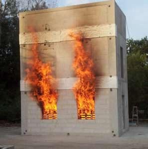"""Les essais au feu ont entraîné la parution d'un guide de préconisations : """"Protection contre l'incendie des façades béton ou maçonnerie revêtues de systèmes."""
