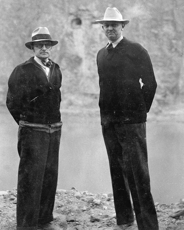 Frank Crowe, ingénieur en chef du projet (à droite) releva le défi en pleine crise économique et soutint un rythme de forçats.