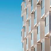 """TMB, à travers sa filiale Betonimestarit OY, et Consolis, à travers sa filiale Parma, ont collaboré à ce bâtiment résidentiel de 11 étages situé à Helsinki, qui s'illustre notamment par ses balcons en béton préfabriqué novateurs. Cet immeuble a été élu """"The Concrete Building of the Year Award 2016"""" en Finlande. [©Consolis]"""
