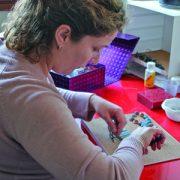 Dans son ancien atelier de Lyon, Sandrine Mansoutre monte des colliers de perles en béton. Ses lieux d'expérimentation se sont succédés au gré de ses expatriations, de Casablanca, Bergame, Lyon et enfin, Paris depuis 2017. [©Photos Tutti Concreti]