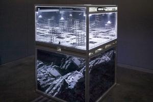 """L'installation """"Cénotaphe"""" se voit à deux niveaux : le dessus représente la ville en devenir et le sous-sol les rebuts de cette architecture. [©Thomas Garnier]"""