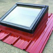 Les costières permettent de poser une fenêtre de toit rapidement, tout en assurant étanchéité et isolation. [©Ao Composites]