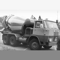 1967 : la toute première bétonnière portée sort des usines de Bad Schussenried en Allemagne. C'est la Liebherr HTM 601. [©Liebherr]