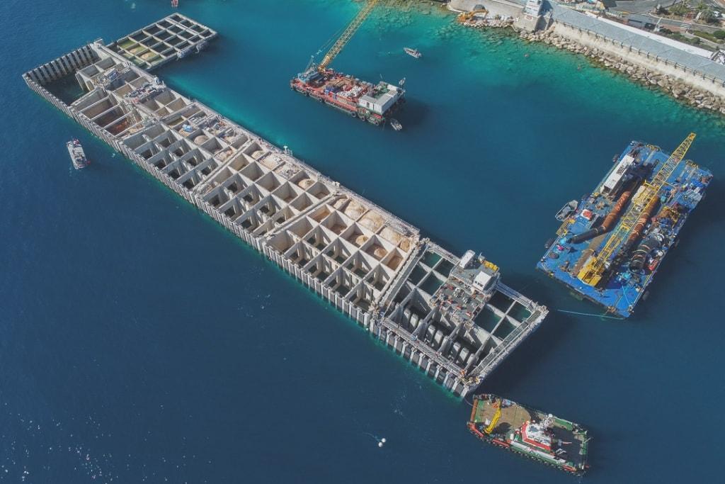 Le futur littoral de la Principauté de Monaco se dessine à travers sa ceinture de caissons. [©Bouygues TPMC]