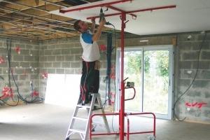 Trop d'entreprises utilisent encore l'escabeau comme poste de travail. [©DR]