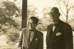 Sakakura et Le Corbusier à la Villa Katsura, Kyoto. [©Agence nationale japonaise des affaires culturelles]
