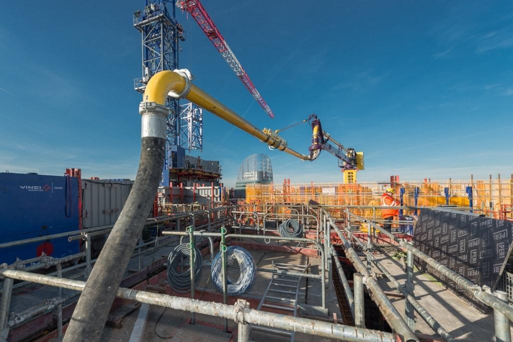 Le bras du mât de distribution Royal HM 16 survole la zone de travail à une hauteur minimale de 2,50 m, pour assurer la sécurité du personnel dessous. [©ACPresse]
