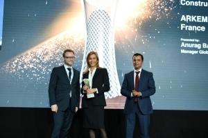 Sonja Blanc, Dg de Sireg Geotech, et Guillaume Clédat, directeur scientifique pour la résine Elium chez Arkema ont reçu leur récompense lors de la remise des prix. [©Arkema]