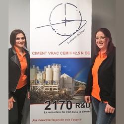 Ana Paula Laborier, responsable qualité, et Emilie Jacotot, responsable du laboratoire de l'entité 2170, filiale du groupe JPS Granulats. [©JPS Granulats]