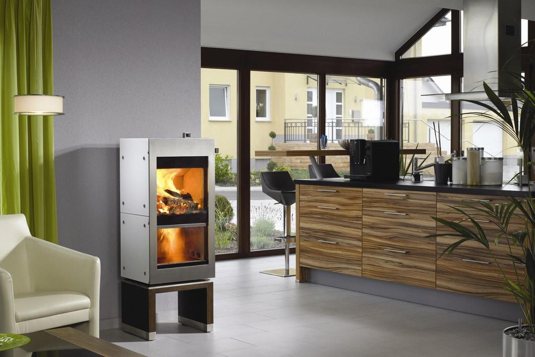 """Avec une architecture compacte et des volumes suffisamment ouverts, un poêle à bois peut suffire à assurer un confort """"normal"""" pour l'ensemble de la maison. [©Scandsa]"""
