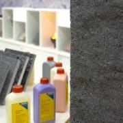 Hebau propose les produits chimiques qui permettent par exemple de donner au béton l'aspect rugueux et irrégulier du granite.