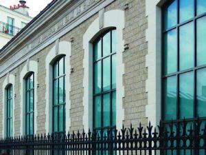Le système Forster Unico XS permet de moderniser de grandes fenêtres dans les bâtiments anciens.[©Forster Systèmes de Profilés]