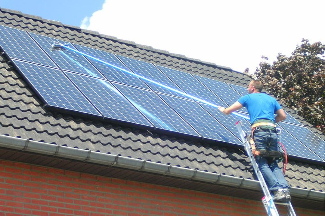 Les capteurs photovoltaïques doivent être régulièrement nettoyés, pour espérer maintenir dans le temps le rendement prévu.[©DR]