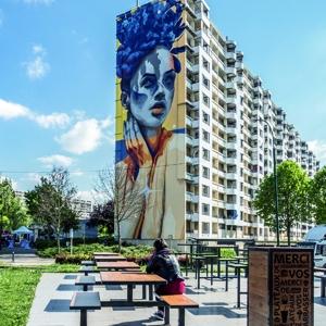 La façade de la rue Mathias Grunewald interpelle, aujourd'hui, par un visage d'une femme plein de couleurs, œuvre du graffeur Douronne. [©Dourone]