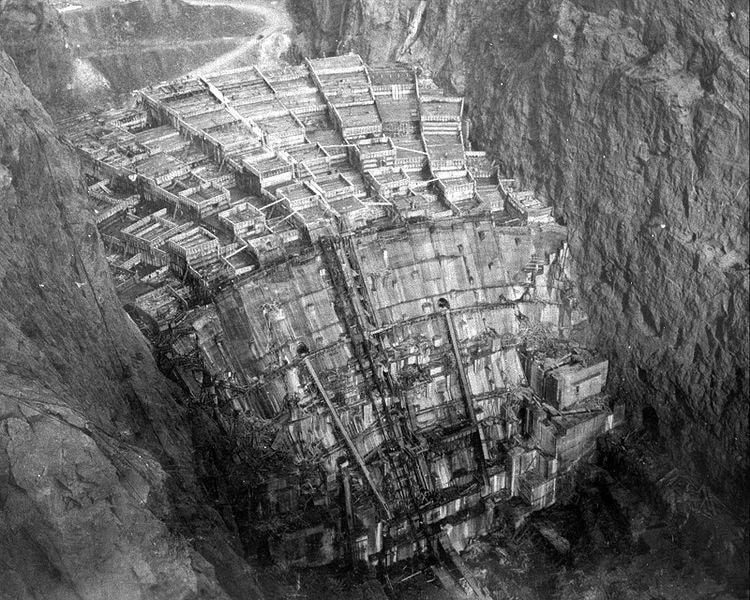 Le barrage Hoover en février 1934. On remarque les différentes sections qui s'élèvent indépendamment les unes des autres.