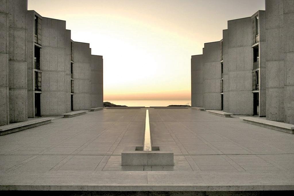 Le Salk Institute face à l'océan Pacifique témoigne de sa monumentalité.