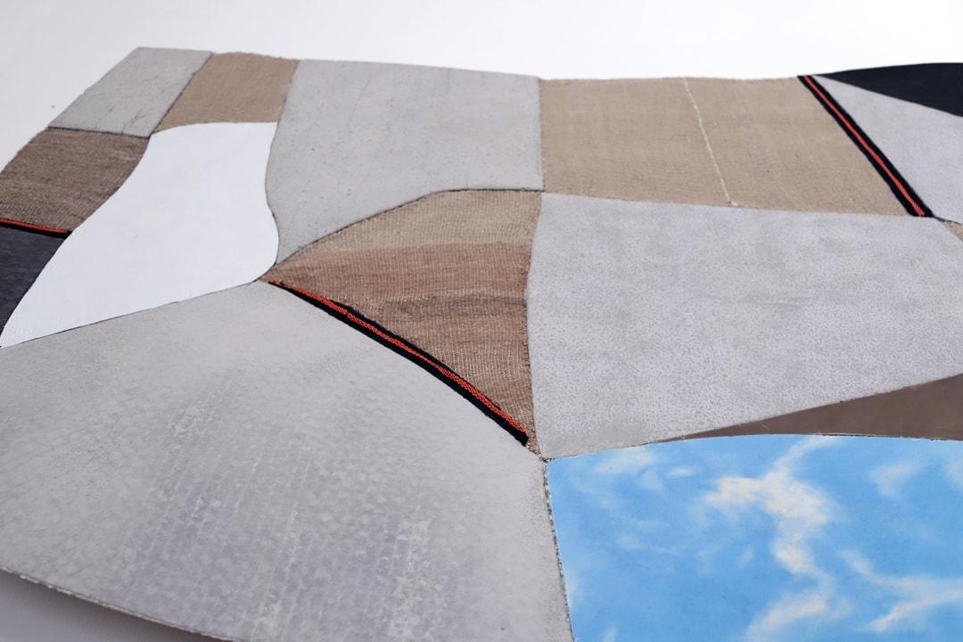Marei Rei, Concrete n °10, béton sur textile, lin naturel tissé à la main, cuir, base de tissage. [©Ludovic Maisant & Jonas Loellmann]