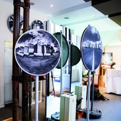 """Exposition en septembre dernier au salon-galerie Me & Moon : """"Les racines du futur"""" qui nous interpellent sur l'urbanisme. ©Seka"""