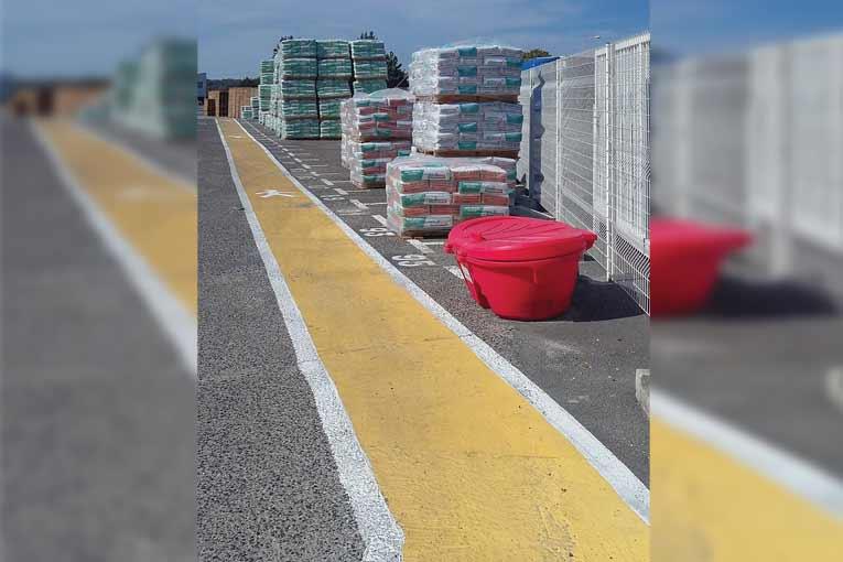 Que ce soit dans les aires de stockage ou dans les zones de chargement des camions, les circulations dédiées aux piétons sont clairement matérialisées. [©Parexlanko]