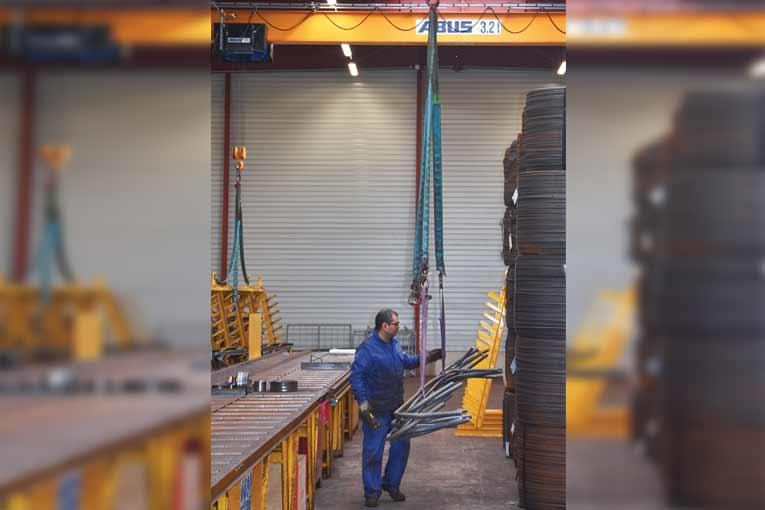 Les opérations de coupe et de façonnage se font à hauteur d'homme, un pont roulant assurant le déplacement des armatures. [©Gérard Guérit]