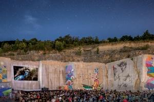"""Soirée cinéma en plein air en août 2018 : le film """"Avatar"""" est projeté sans écran sur le front de taille de 15 m. [©Michel Joly]"""