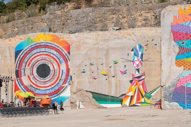 Un impressionnant front de taille de 250 m de long et 15 m de haut est devenue le terrain de jeu de Street artistes du monde entier. [©Michel Joly]