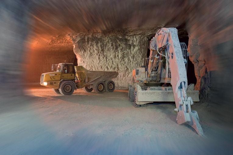 Après la purge du front de taille à l'aide d'une pelle hydraulique, la roche calcaire est transportée à l'aide de tombereaux articulés jusqu'au concasseur. [©ACPresse]
