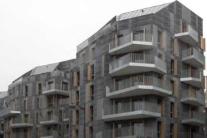 """Rue Saussure, dans le XVIIe arrondissement de Paris, l'architecte Thibaut Robert signe un ensemble de logements aux façades matricées, décrites dans une sorte d'oxymore, comme étant d'un """"noir lumineux"""". [©ACPresse]"""