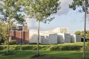 Pour l'extension et la restructuration du Musée d'art moderne, d'art contemporain et d'art brut de Lille, l'architecte a utilisé un béton en dentelle pour apprivoiser l'architecture de Roland Simounet. [©Max Lerouge]