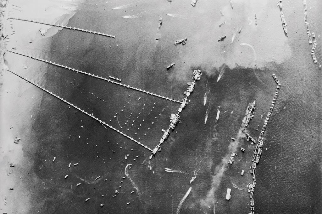 Vue aérienne du port d'Arromanches en 1944. [©IWM]