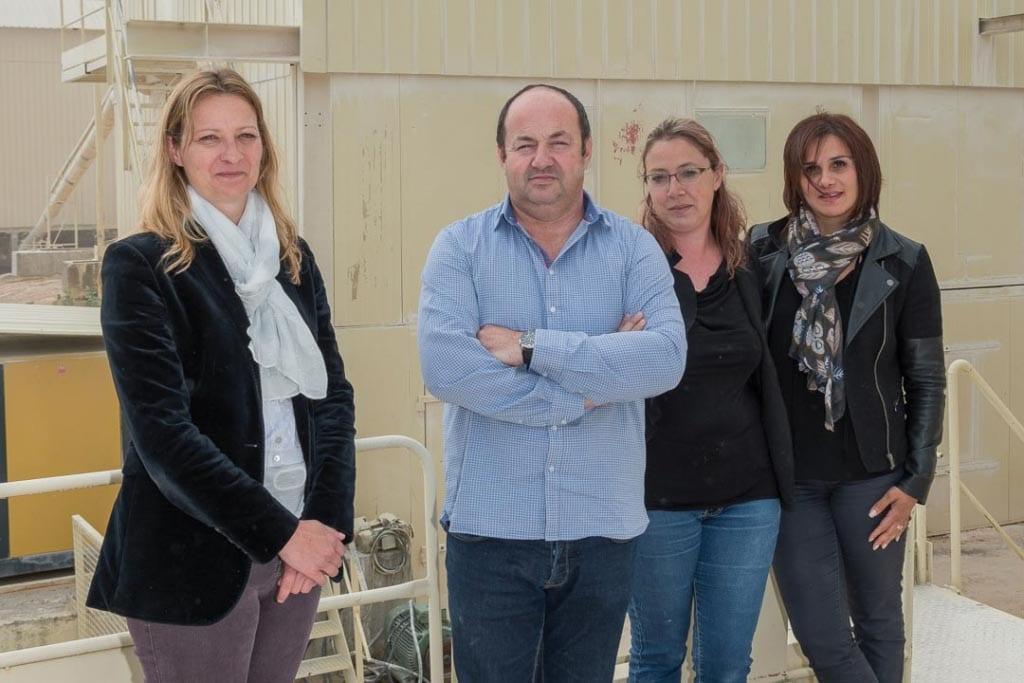 De gauche à droite, Mélanie Perrot, directrice générale de JPS Granulats, Olivier Stocker, président, Emilie Jacotot, responsable laboratoire, et Ana Paula Laborier, responsable qualité. [©ACPresse]