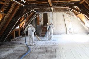 L'entreprise JC Technique applique des isolations projetées, en construction neuve comme en rénovation, y compris sur des planchers anciens en bois. [©JC Technique]