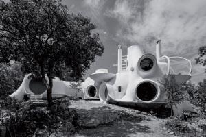 Claude Hausermann-Costy, maison auto-construite par Joël Unal en Ardèche, 1972-2008. [©Raphaëlle Saint-Pierre et Stanislas Boutmy]