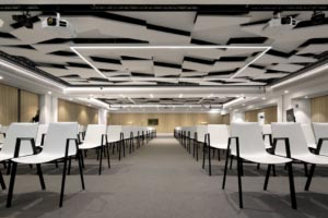 Dans l'espace de co-working, le plafond acoustique en îlots Rockfon Eclipse donne un aspect graphique au lieu. [©Rockfon]