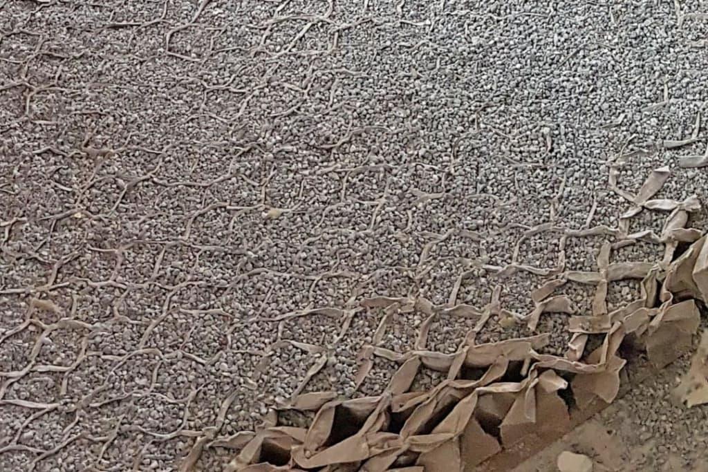 Au sol, les panneaux en CLT sont recouverts d'un système complet de chape sèche (Fermacell), avec une couche de granulats stabilisée dans une structure en nid d'abeille. [©Agence Viguier]