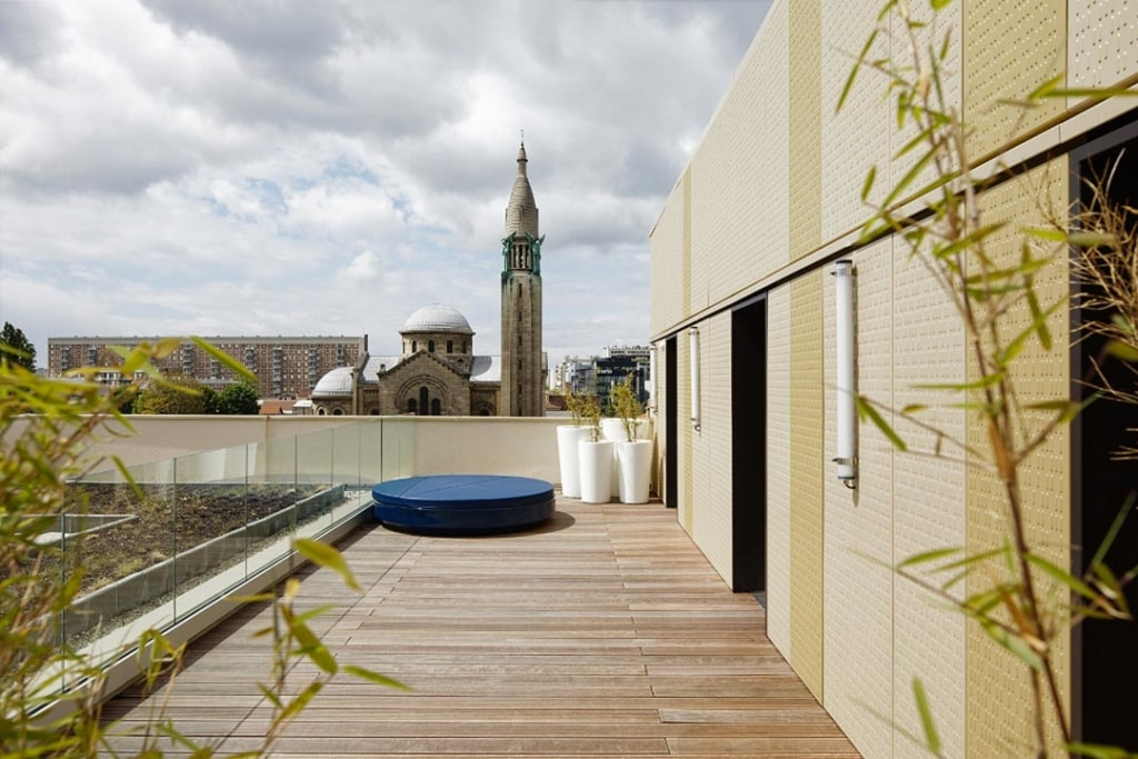 Les terrasses, partiellement accessibles et végétalisées, expliquent le choix d'un plancher mixte Cofradal. [©Takuji Shimmura]