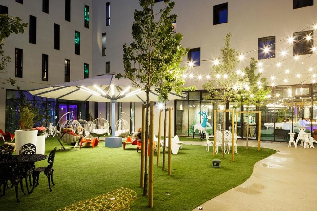Le hall d'accueil, le bar et les restaurants  innovent, en termes de décoration et de séparation des espaces. [©Takuji Shimmura]