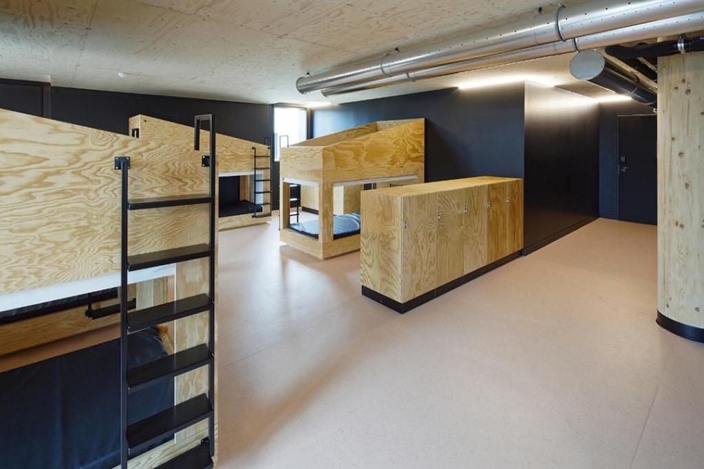 L'agencement des dortoirs reste là encore éloigné de l'image classique des auberges de jeunesse. [©Takuji Shimmura]