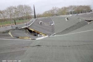 1er prix du concours AQC dans la catégorie générale : Laurent Loretti a capturé l'effondrement d'une toiture-terrasse suite à une surcharge de neige. [©Laurent Loretti]