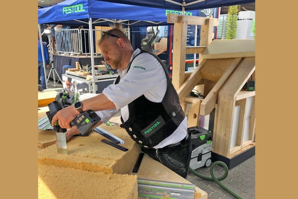 Démonstration de découpe d'isolants en fibre de bois lors du salon Ligna de Hanovre, fin mai 2019. [©Jonas Tophoven]