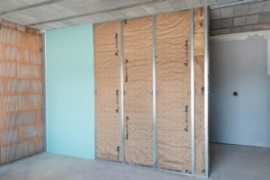 Avec sa cloison de garage isolante, Knauf propose un nouveau système spécialement dédié à l'isolation thermique et acoustique entre habitat et locaux non chauffés. [©Knauf Insulation]