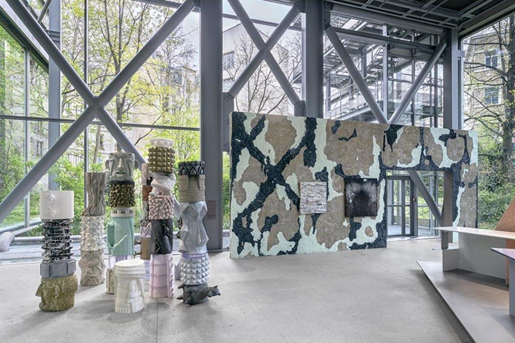 """La fresque en ciment blanc et les totems """"Achronies"""" de Marion Verdoom à la Fondaction Cartier. [©Nicolas Brasseur]"""