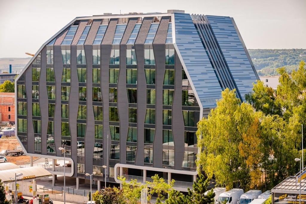 """Conçu par le cabinet André et Moulet comme un bâtiment """"signal"""", qui se démarque dans le paysage urbain, l'Omega tire son nom de sa forme architecturale audacieuse. [©Marc Philippe]"""