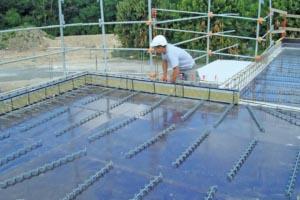 L'Isotec RT+, modèle VI de Plaka Group, permet de traiter les ponts thermiques dans un cas classique de voile associé à un plancher. [©Plaka Group]