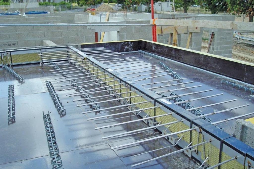 Les rupteurs pour balcon, ici l'Isotec RT+, modèle MVI, n'ont pas de boucles à l'arrière, mais des aciers des deux côtés, permettant de reprendre les efforts tranchants et fléchissants. [©Plaka Group]