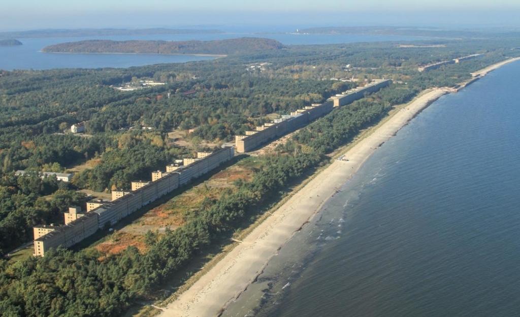 """Le """"colosse de Rügen"""" est situé en bordure de l'une des plus belles plages d'Allemagne, sur l'île de Rügen. Le tout sur une bande étroite couverte de bruyère, appelée le Prora. [©DR]"""
