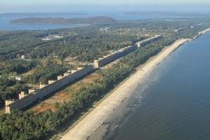 """Le """"colosse de Rügen"""" est situé en bordure de l'une des plus belles plages d'Allemagne, sur l'île de Rügen. Le tout sur une bande étroite couverte de bruyère, appelée le Prora. A retrouver dans la """"Pause Café"""". [©DR]"""