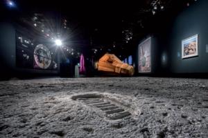 """Au Grand Palais, à Paris, de l'Antiquité à l'art contemporain, plus de 190 pièces et d'instruments scientifiques sont à découvrir jusqu'au 22 juillet 2019 dans l'exposition """"La Lune. Du voyage réel aux voyages imaginaires"""". [©Ciments Calcia-Paul Kozlowski]"""