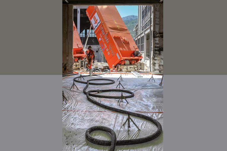 La chape Texol-Knauf de Knauf Gips est produite sur chantier, à l'aide d'unités mobiles de malaxage aux couleurs de Technisol. [©Technisol]
