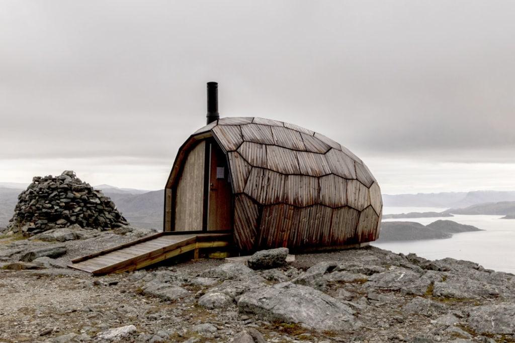 """Le """"chalet d'un jour"""" - Hammerfest Cabin – a la forme d'un ovoïde. Sa façade est en bois Kebony. [©Spinn Arkitekter]"""